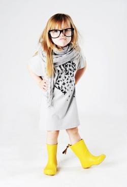 vestido y botas de lluvia