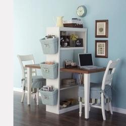 Un librero y una mesa se convierten en un modulo muy lindo.