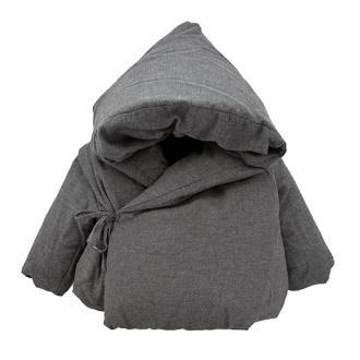 Hecha 100% de algodon y rellana de plumon de ganso esta chaqueta es apta para los climas más helados